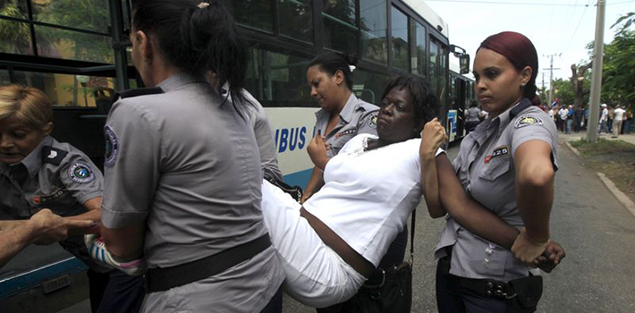 "Every Sunday, Cuban agents arrest dozens of Ladies in White for their peaceful protests. (<a href=""https://twitter.com/idolidiadarias/status/643402595130822656"" target=""_blank"">Reporta Cuba</a>)"