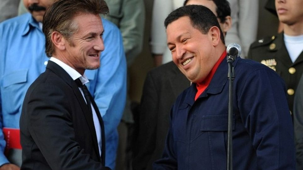Sean Penn regularly appeared in public with Hugo Chávez. (Telemetro)