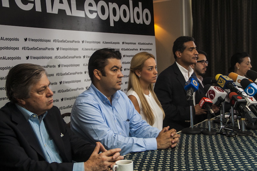 In a press conference held on Friday, Leopoldo López's lawyers and family denounced Judge Barreiros's decision.