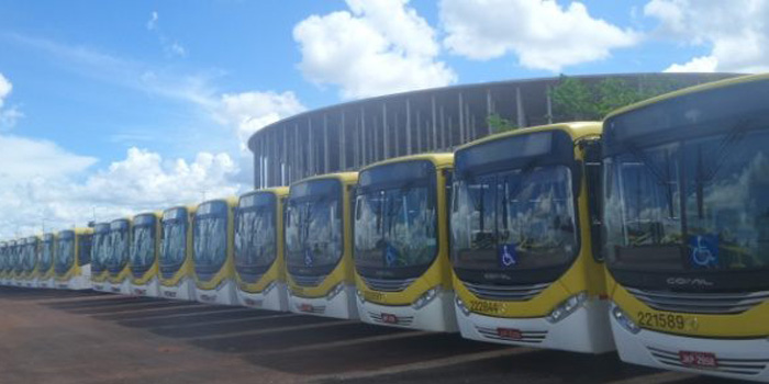 More than 400 buses are parked in the World Cup stadium between rush hours. (La Tercera)