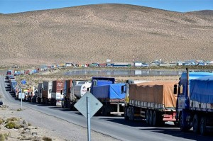 Bolivian trucks form a line as they wait for clearance at the striking Chile's customs offices. (La Razón)