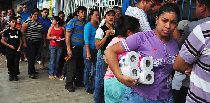 Venezuelans wait in line for hours to buy first necessity goods. Source: El Periódico.
