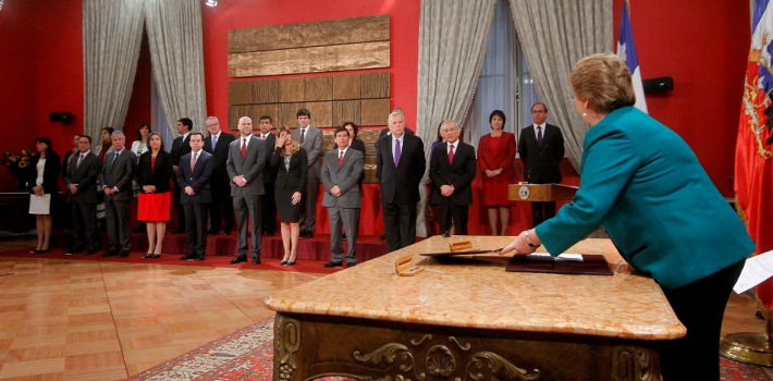 Faced with massive corruption scandals, President Michelle Bachelet was forced the shake up her Cabinet. (t13)