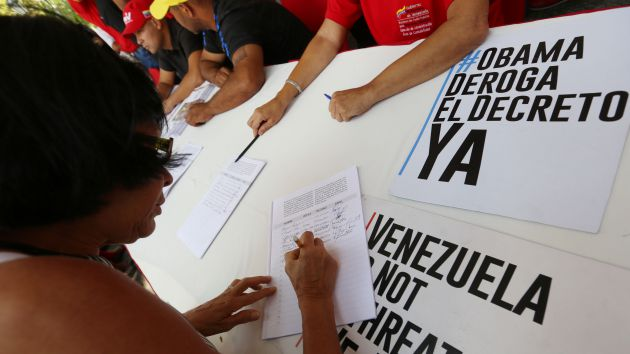 State workers confirmed a low public turnout at signature-collection stations in Caracas.